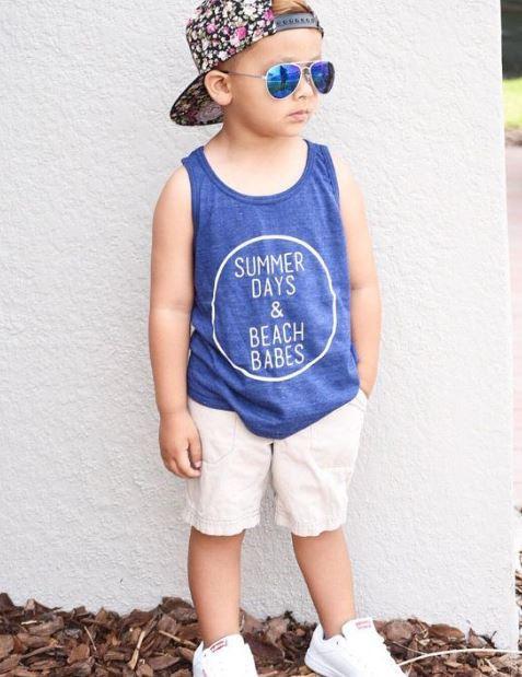 Mix đồ cho bé trai với áo thun ba lỗ xanh blue và quần trắng